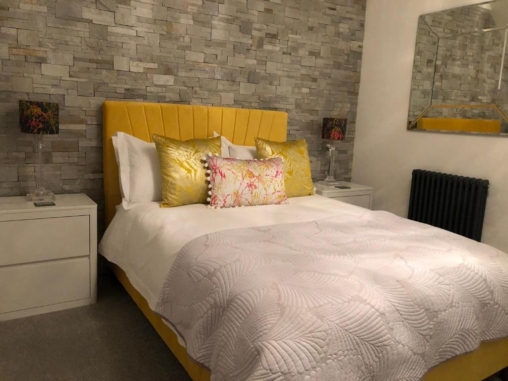 A bed or beds in a room at Glyn y Coed
