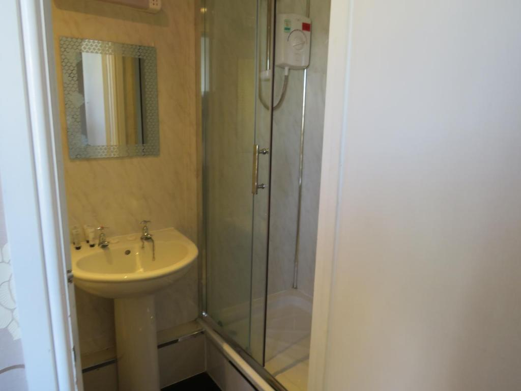 A bathroom at The Queens Arms Hotel