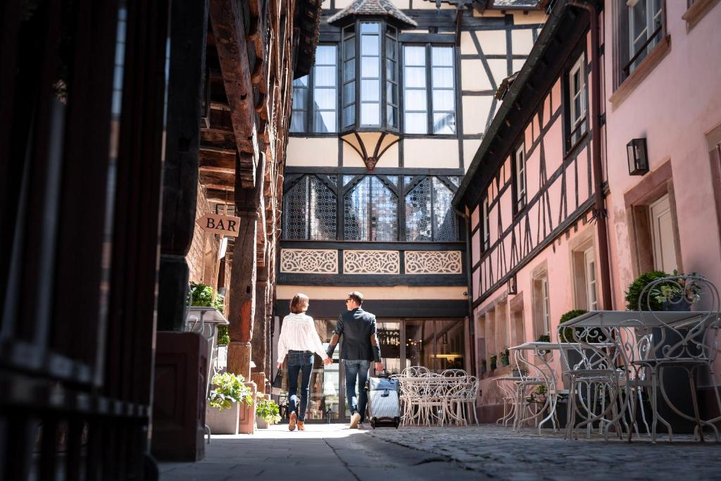 A restaurant or other place to eat at Hotel Cour du Corbeau Strasbourg - MGallery