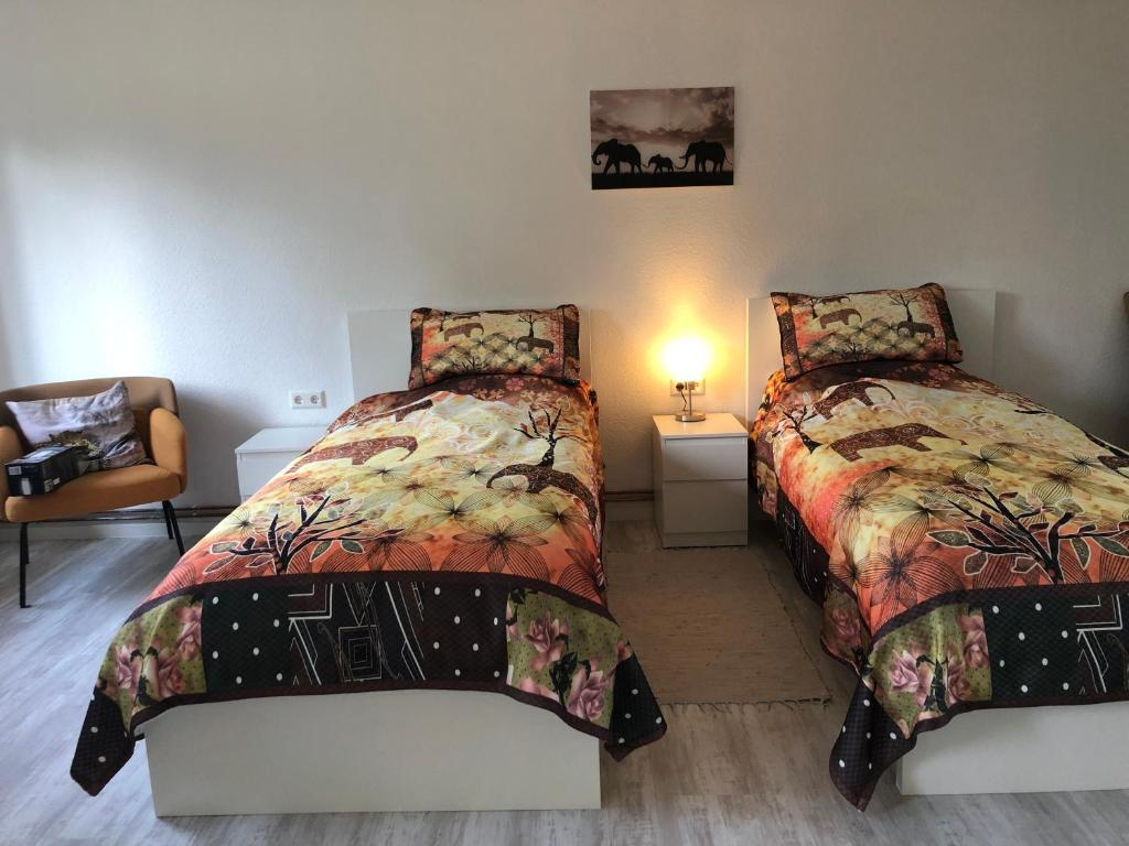 A bed or beds in a room at Maggies-Apartment-Hannover