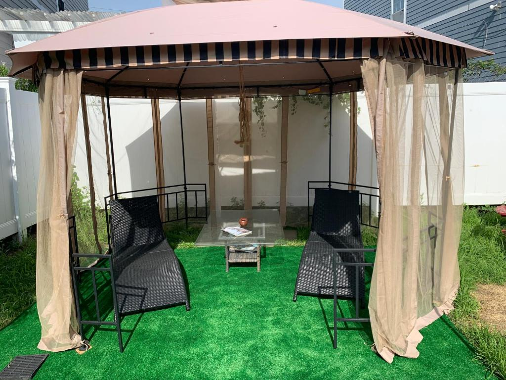 A seating area at Jaris Beach Suite