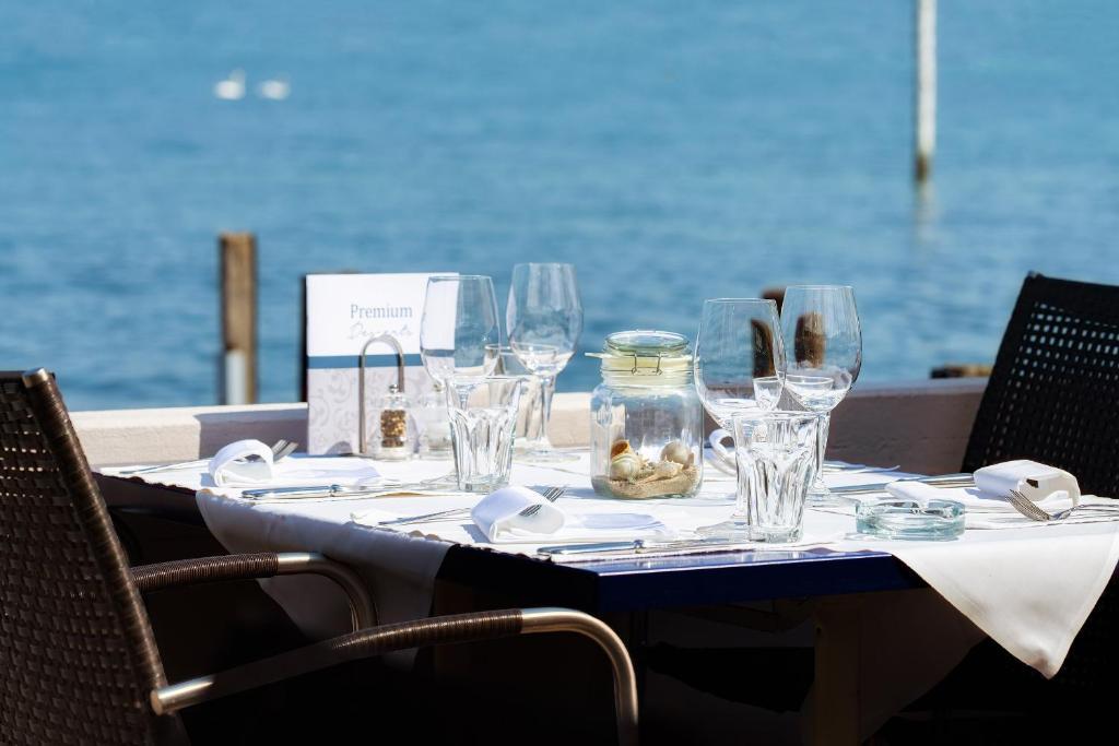 Ein Restaurant oder anderes Speiselokal in der Unterkunft Hotel Winkelried am See