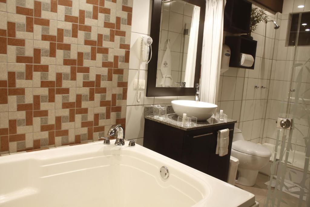 A bathroom at Hotel Ginebra
