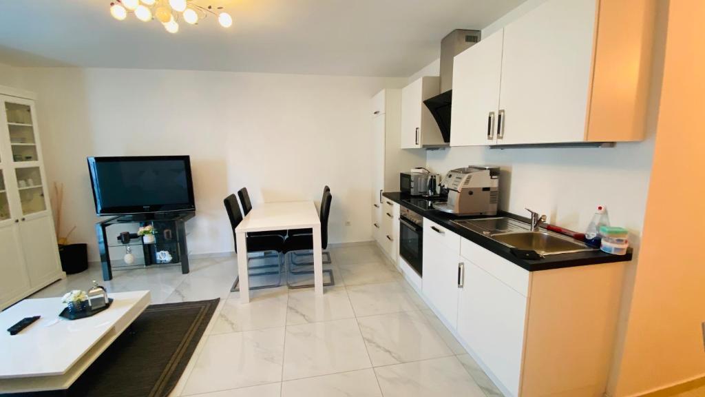A kitchen or kitchenette at Moderne Wohnung im Rhein-Main-Gebiet