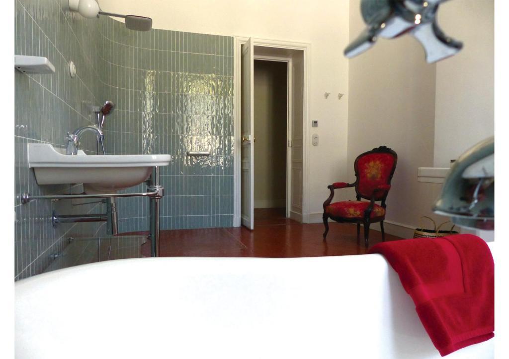 A bathroom at Esprit Longchamp Marseille