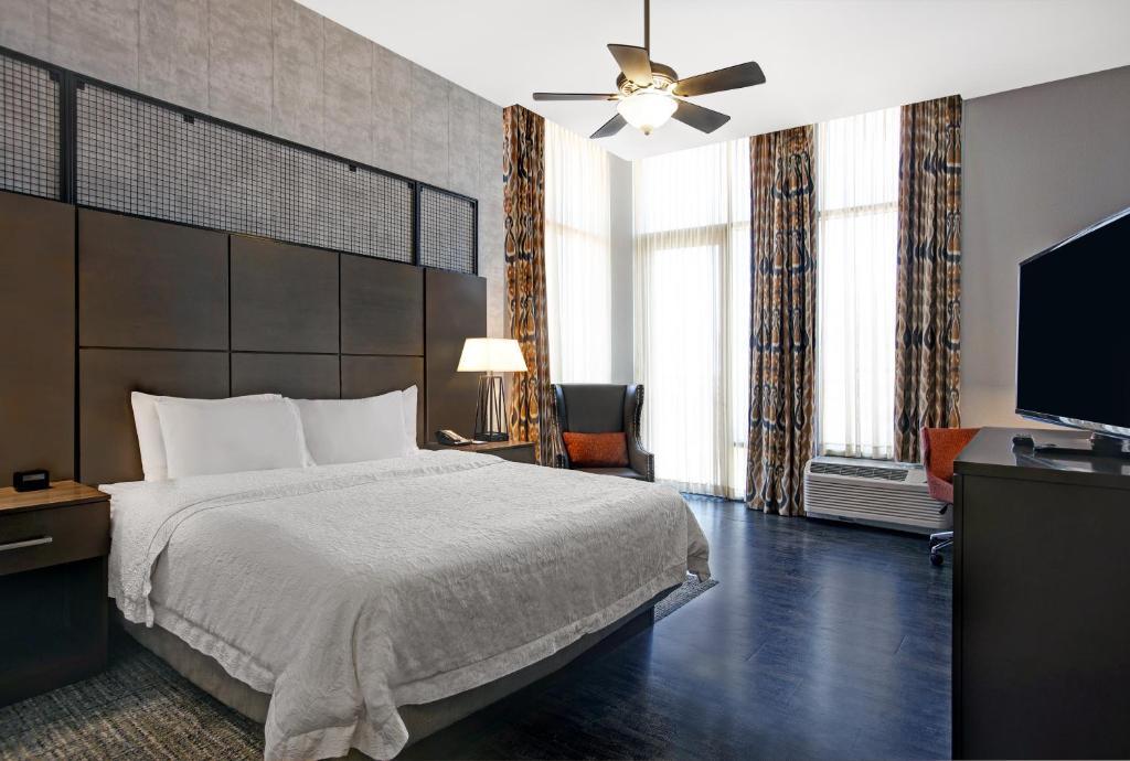 A room at the Hampton Inn & Suites University Capitol.