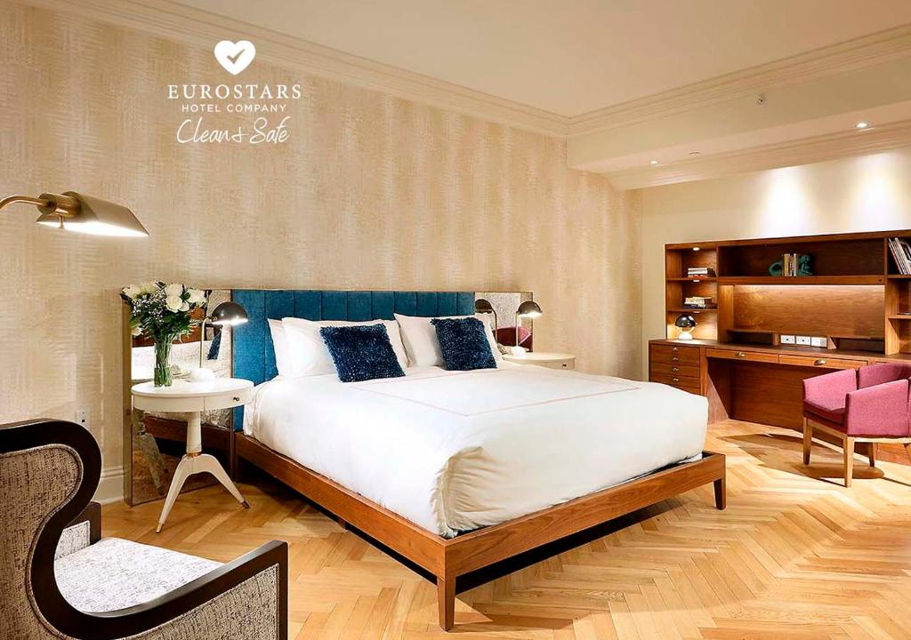 A bed or beds in a room at Eurostars Langford