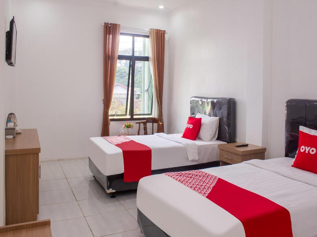 A bed or beds in a room at OYO 3699 Edotel Smkn 1 Cipanas Syariah
