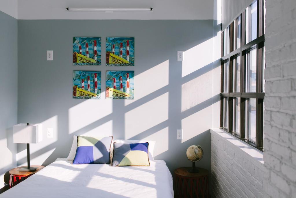 Postel nebo postele na pokoji v ubytování The Local NY