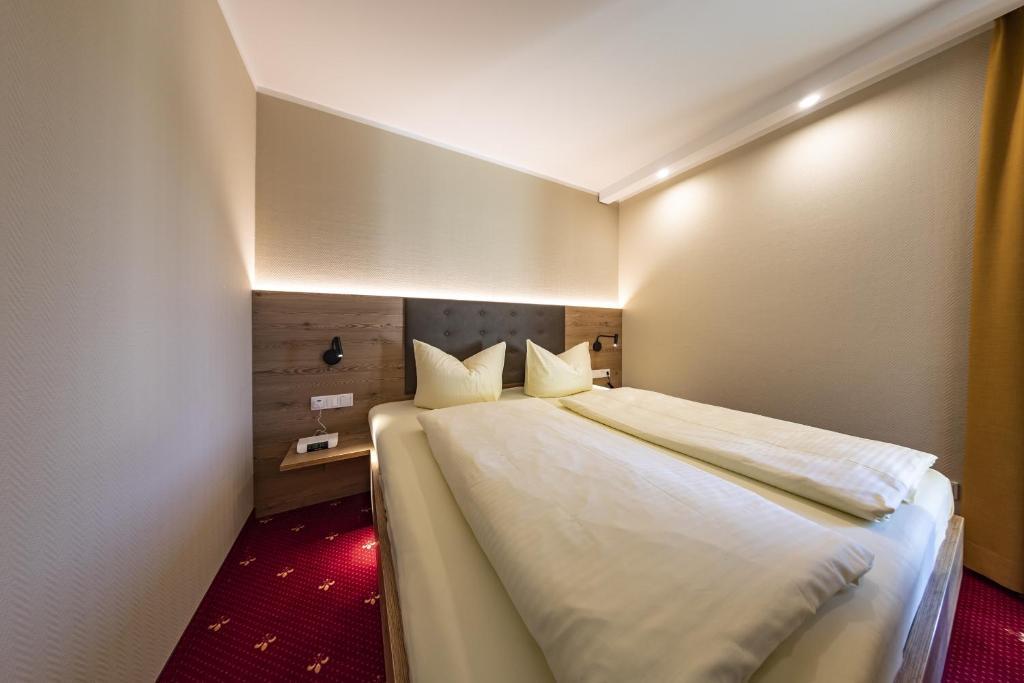 Ein Bett oder Betten in einem Zimmer der Unterkunft Hotel Zur Schmiede