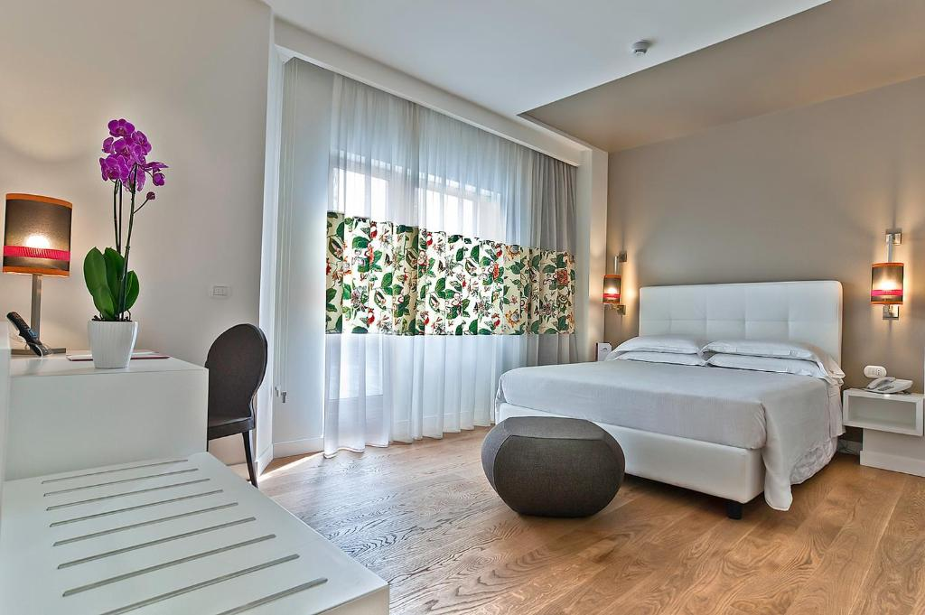 A bed or beds in a room at Hotel Caravel