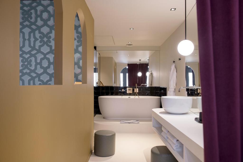 A bathroom at MiHotel Tour Rose