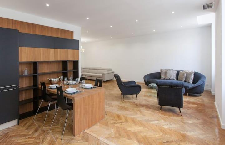 The lounge or bar area at Vieux-Port - Magnifique Appartement