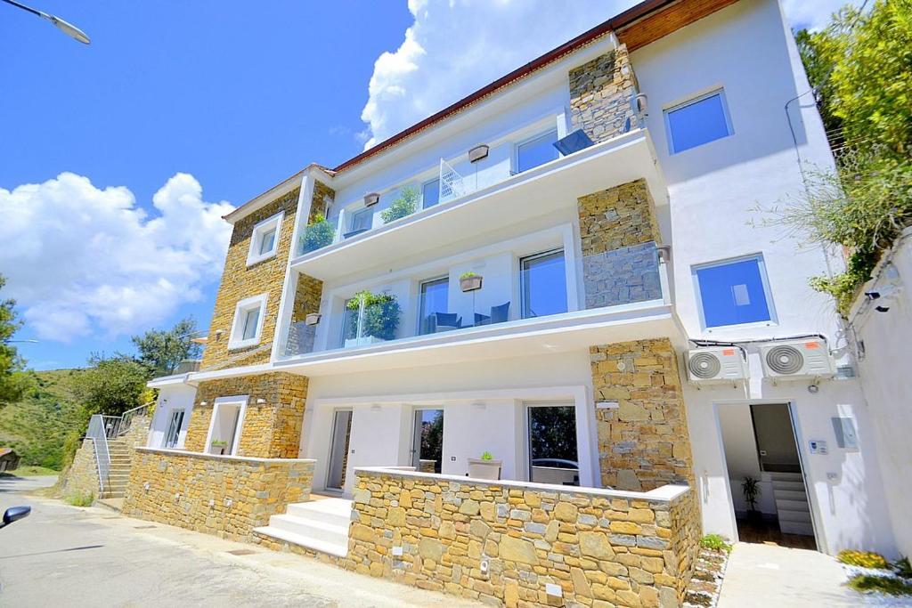 San Teodoro Villa Sleeps 4 with Pool and Air Con