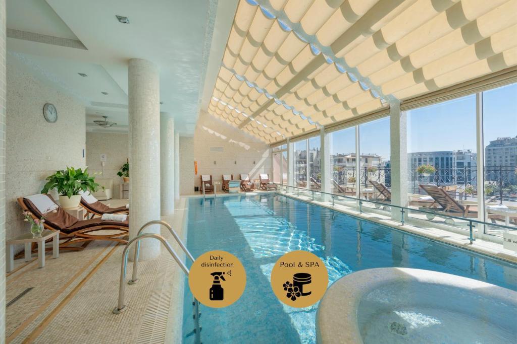 Der Swimmingpool an oder in der Nähe von Hotel Bristol