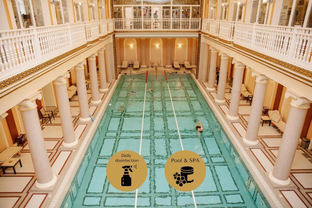 Ein Blick auf den Pool von der Unterkunft Londonskaya SPA Hotel oder aus der Nähe