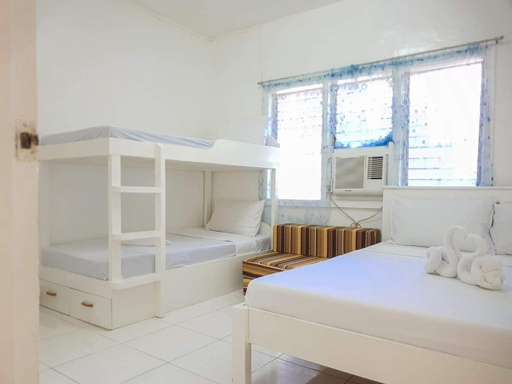 A room at Luna Oslob Travellers Inn