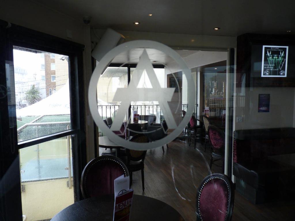 The lounge or bar area at Amsterdam Hotel Brighton