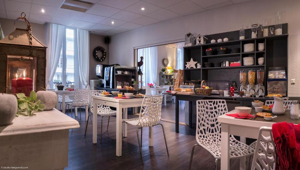 A restaurant or other place to eat at Hôtel des Alpes