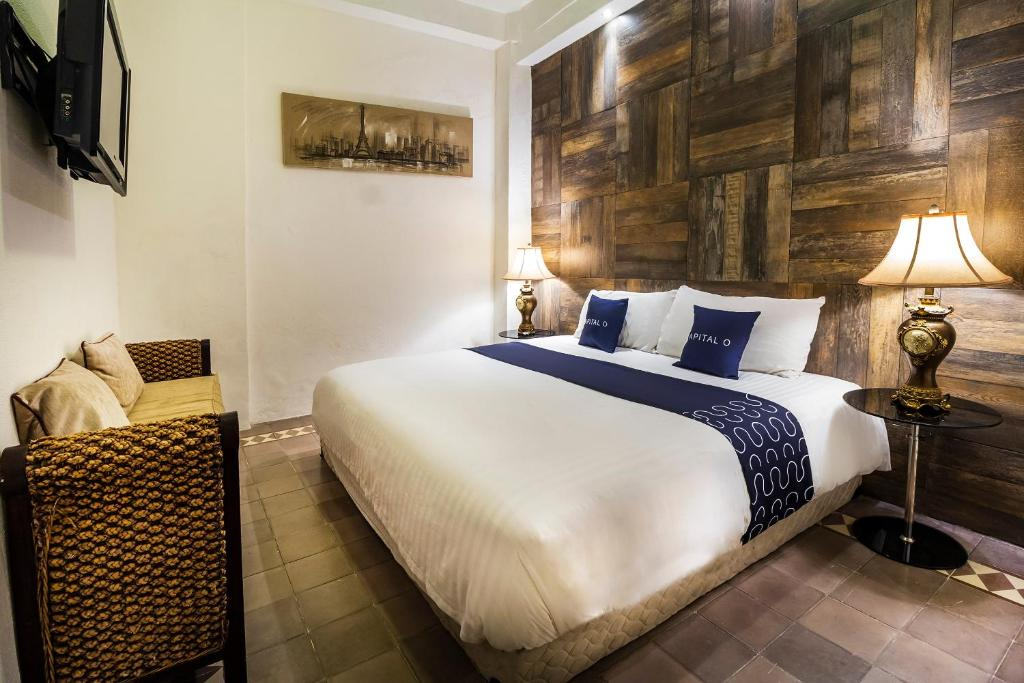 A bed or beds in a room at Capital O Hotel 522