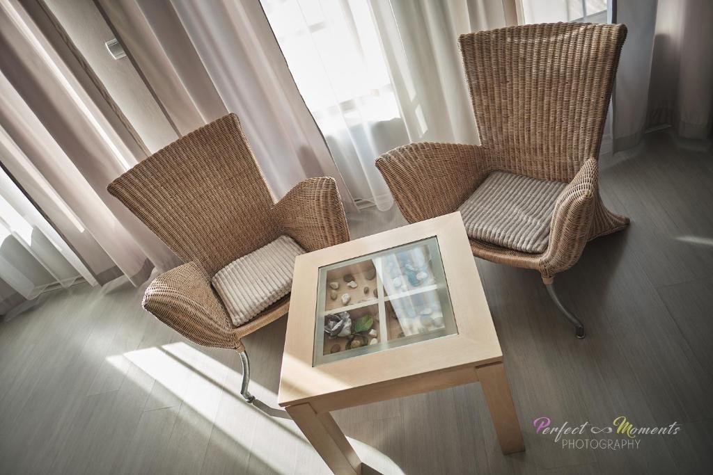 A seating area at Класик Хотел - Безплатен частен паркинг Classic Hotel - Free privаte parking