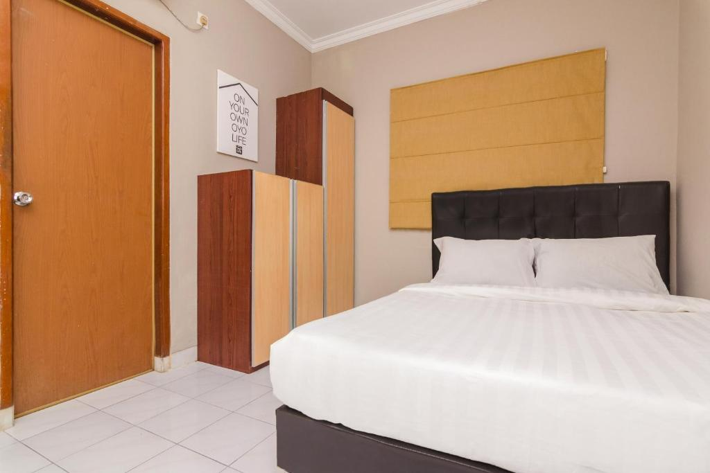 A bed or beds in a room at OYO Life 2528 Kost Pendopo