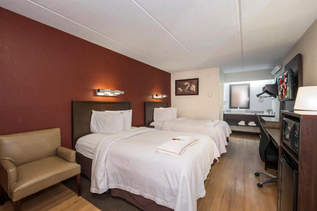A bed or beds in a room at Red Roof Inn West Monroe