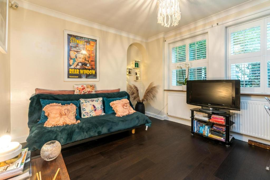 A seating area at NEW Fantastic 1BD Crystal Palace Flat in London