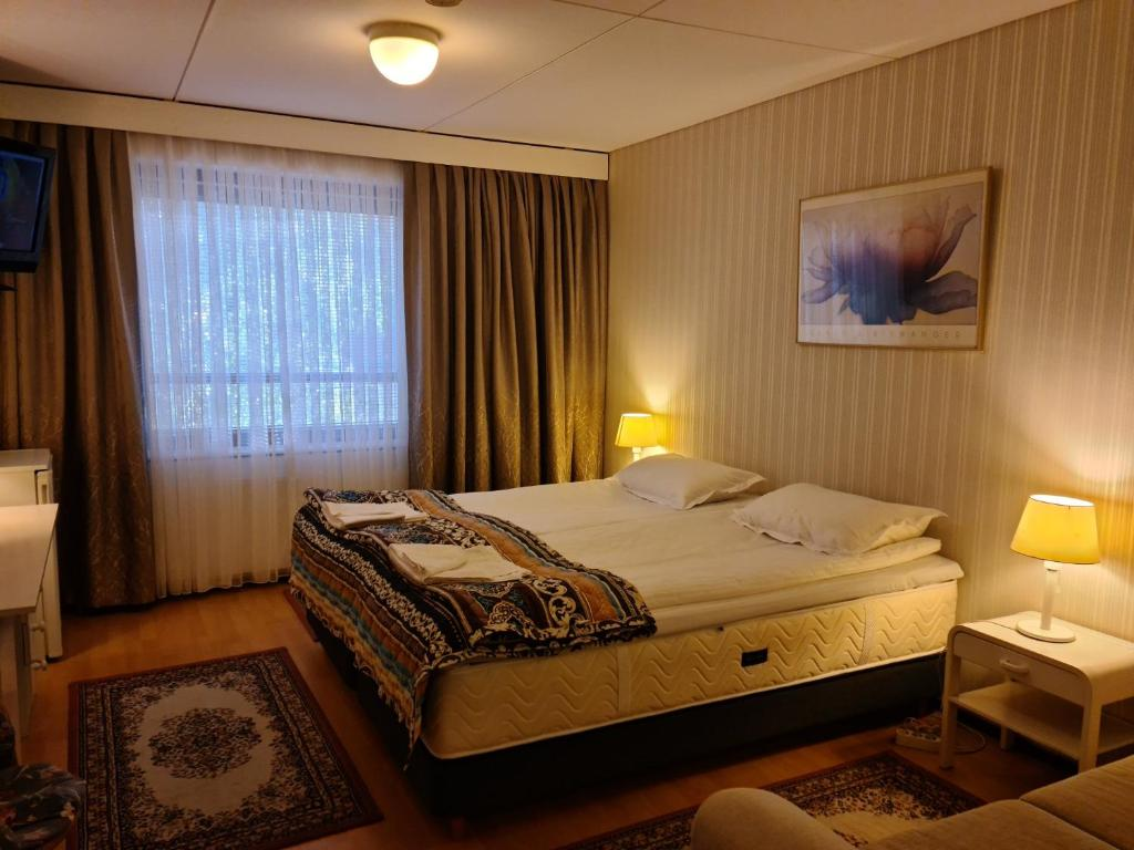 A bed or beds in a room at Hotelli Sandels