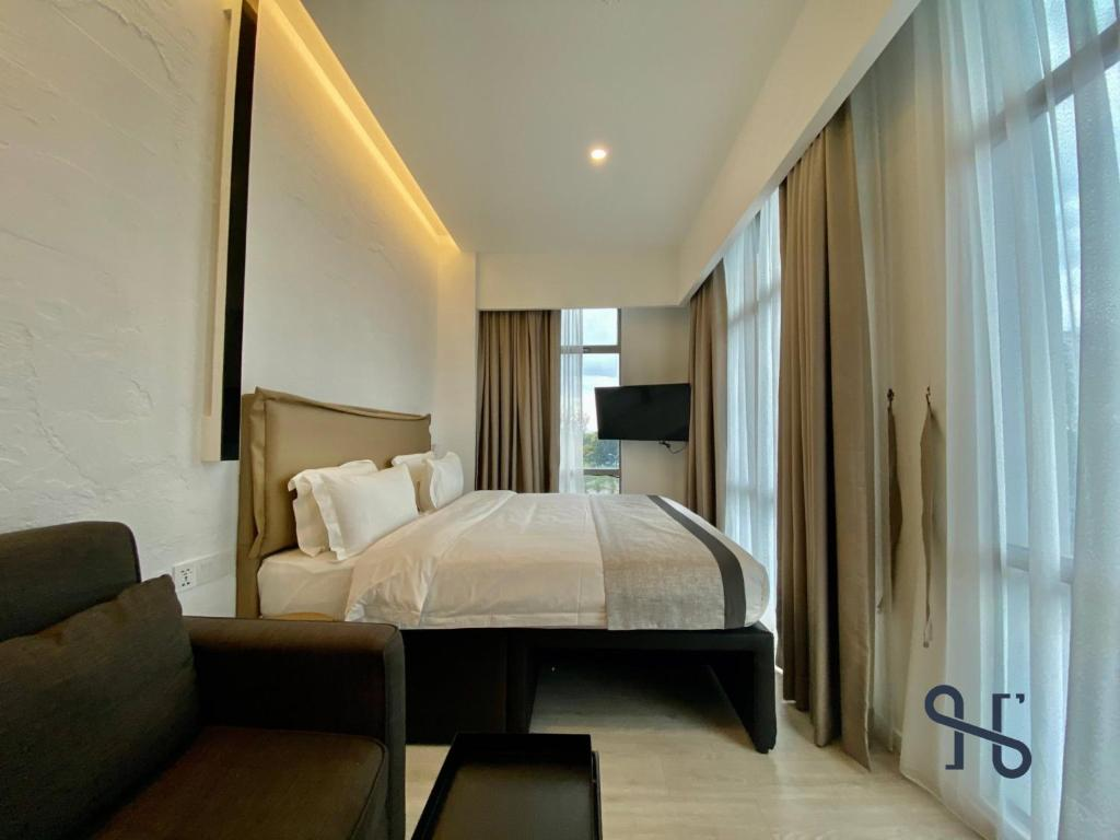 A bed or beds in a room at JIA by Homesuite'