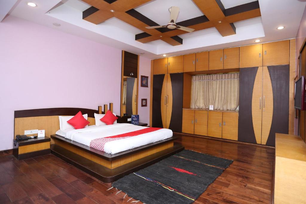 A bed or beds in a room at Vaccinated Staff - OYO 11345 Hotel White House Inn