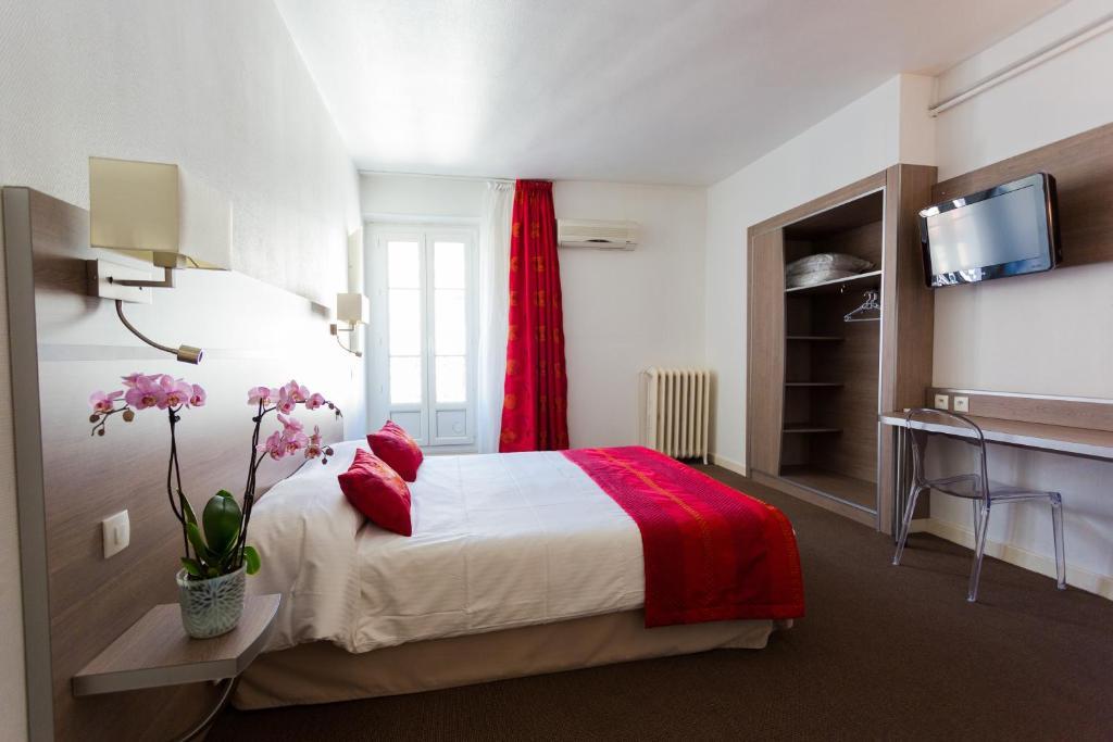A bed or beds in a room at Hôtel de l'Europe Grenoble hyper-centre