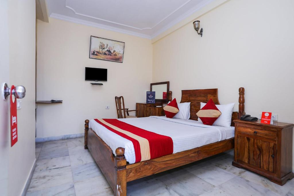 A bed or beds in a room at OYO 22047 Hotel JAL MAHAL