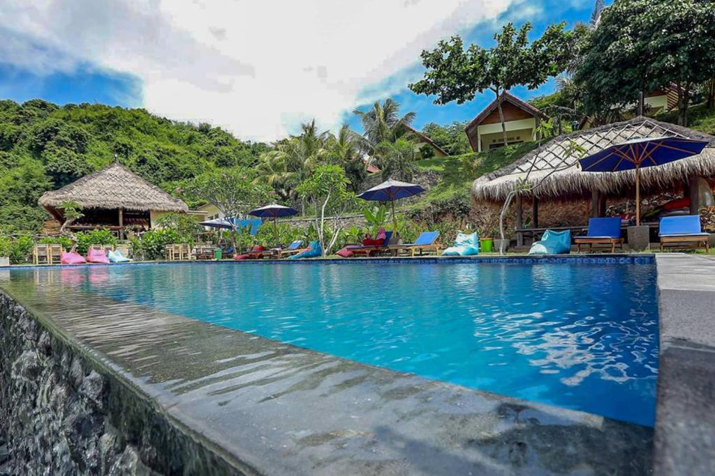 Der Swimmingpool an oder in der Nähe von OYO 2823 Artati Bungalows And Restaurant