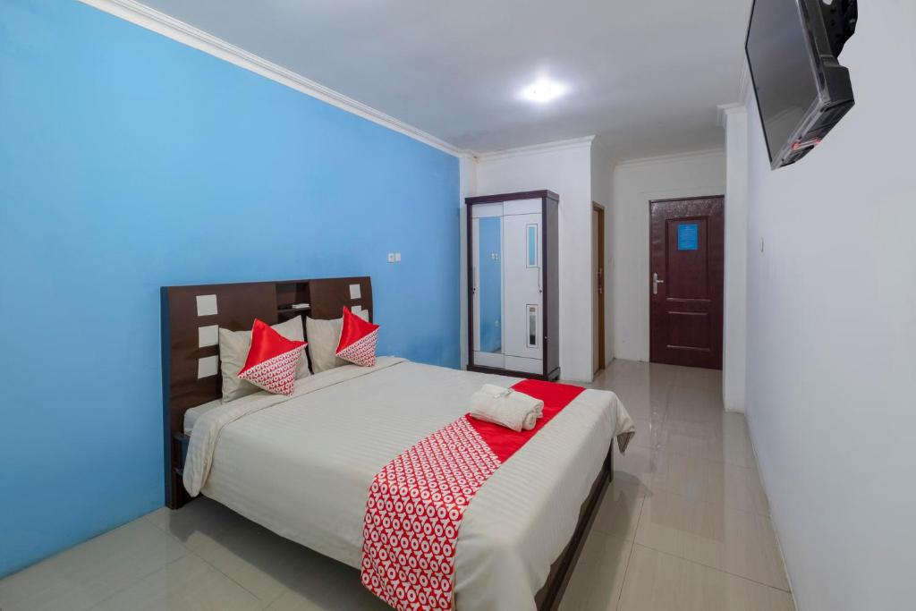 A bed or beds in a room at OYO 3747 Comfort Residence