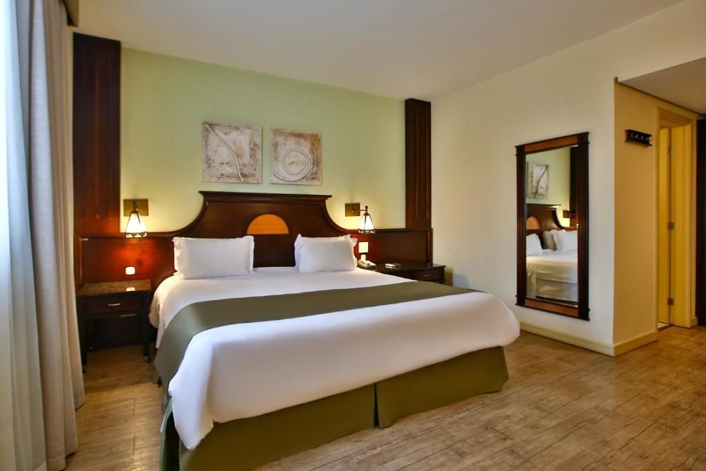 A bed or beds in a room at Transamerica Prime Batel Curitiba