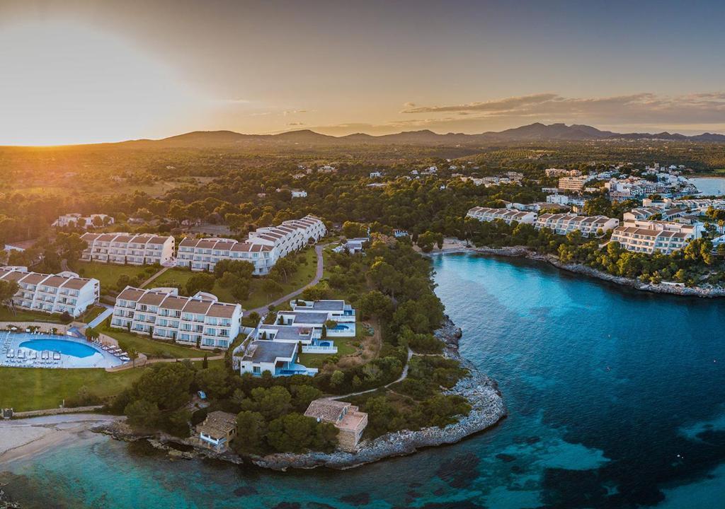 Ett flygfoto av Blau PortoPetro Beach Resort & Spa
