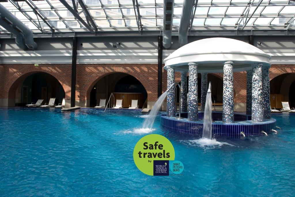 Бассейн в Solo Sokos Hotel Palace Bridge или поблизости