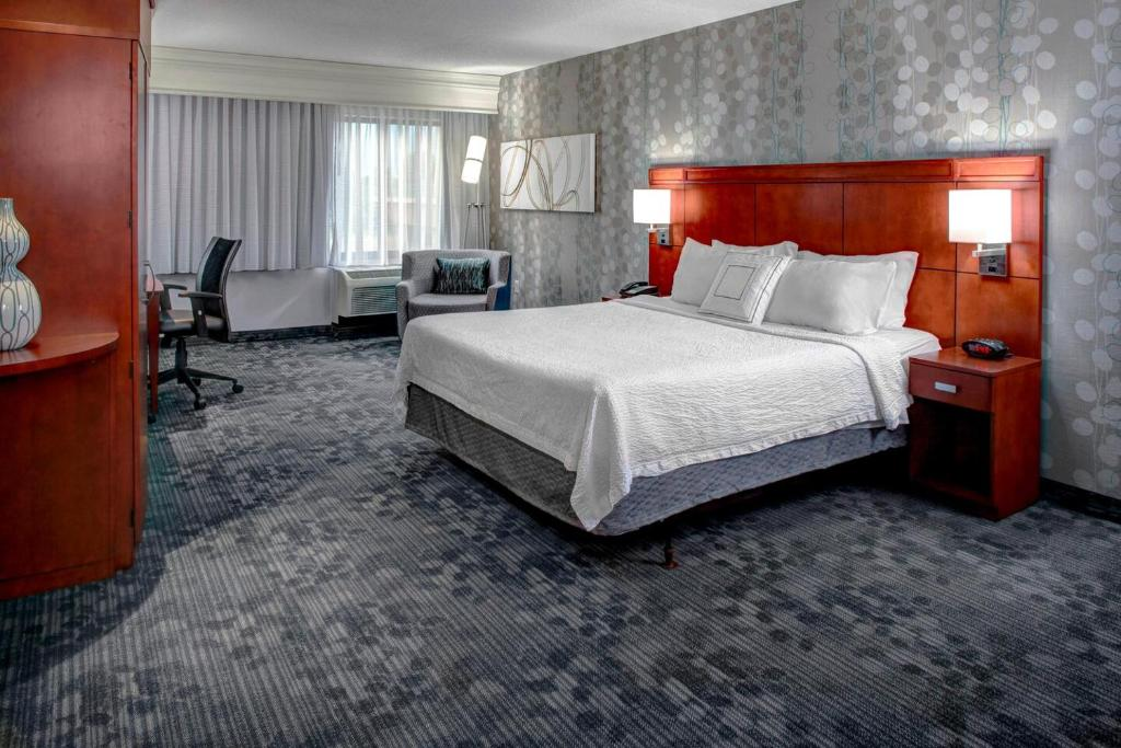 A bed or beds in a room at Courtyard Richmond North/Glen Allen