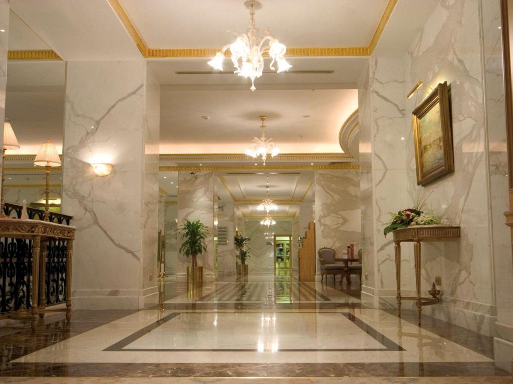O saguão ou recepção de Madinah Mövenpick Hotel