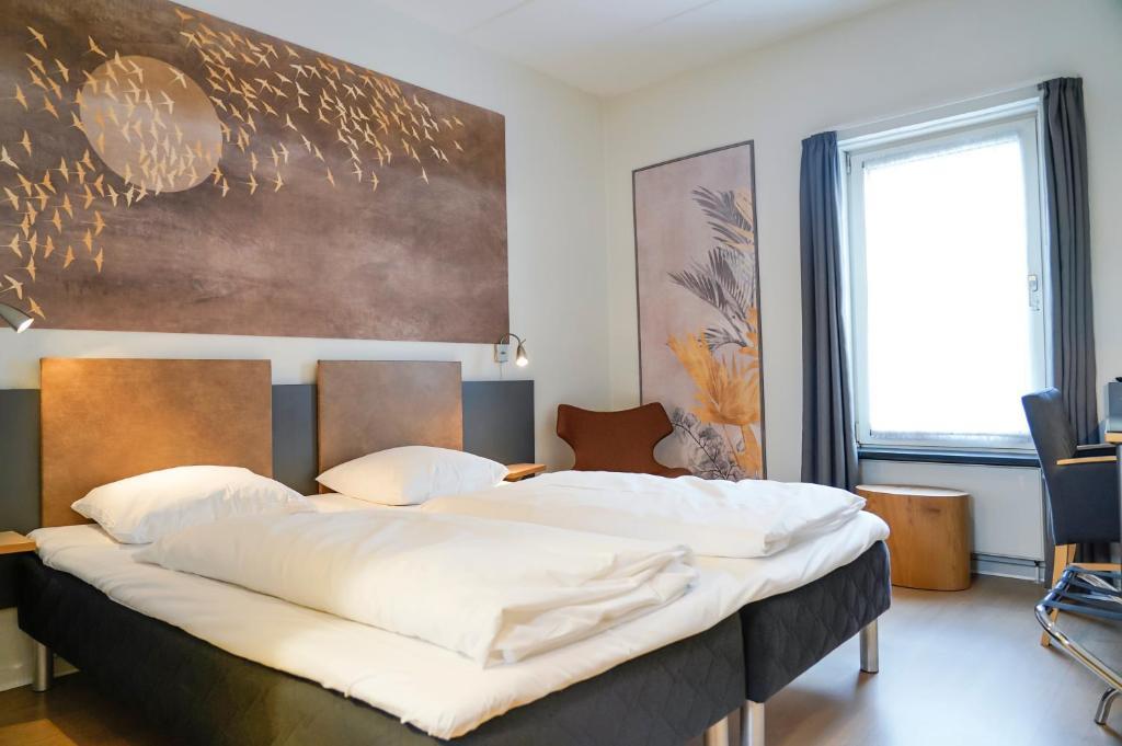 En eller flere senge i et værelse på City Hotel Nattergalen