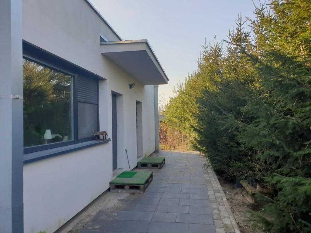 The facade or entrance of Maly apartament w zieleni blisko jeziora