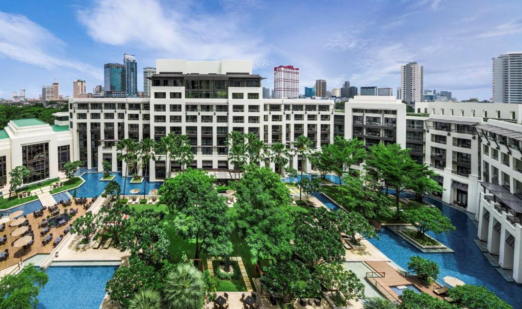 Vista sulla piscina di Siam Kempinski Hotel Bangkok o su una piscina nei dintorni
