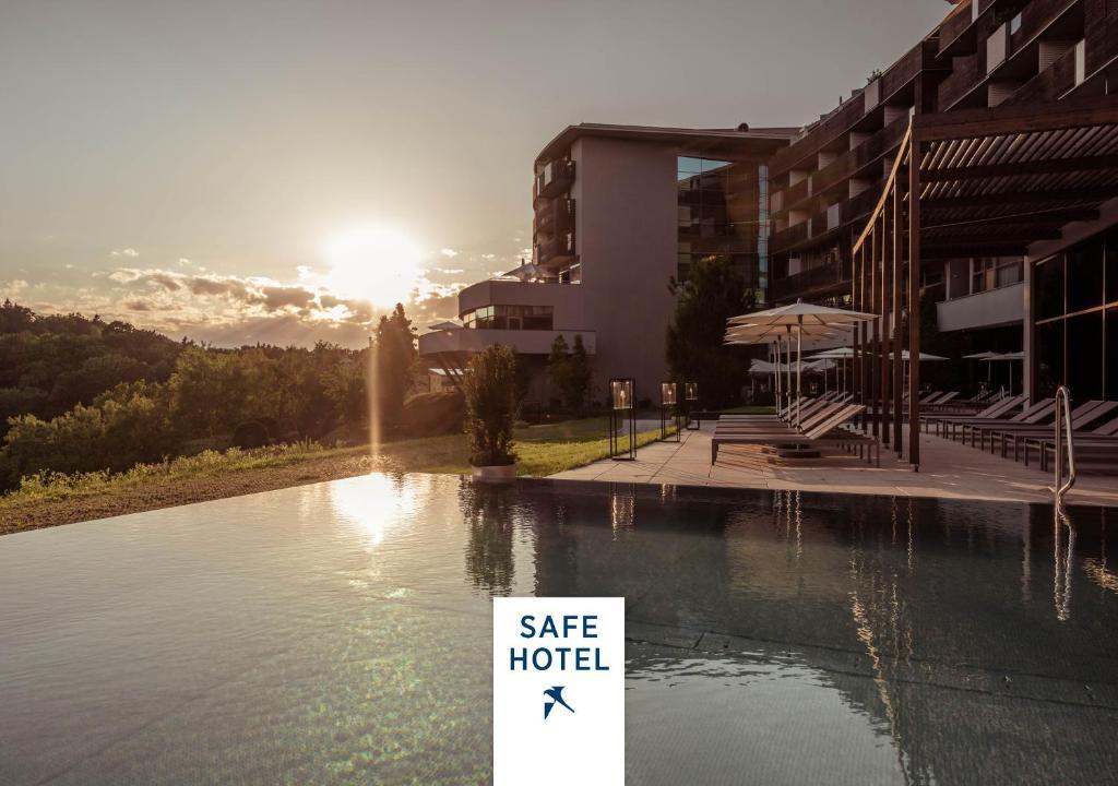 Der Swimmingpool an oder in der Nähe von Falkensteiner Balance Resort Stegersbach - Adults only