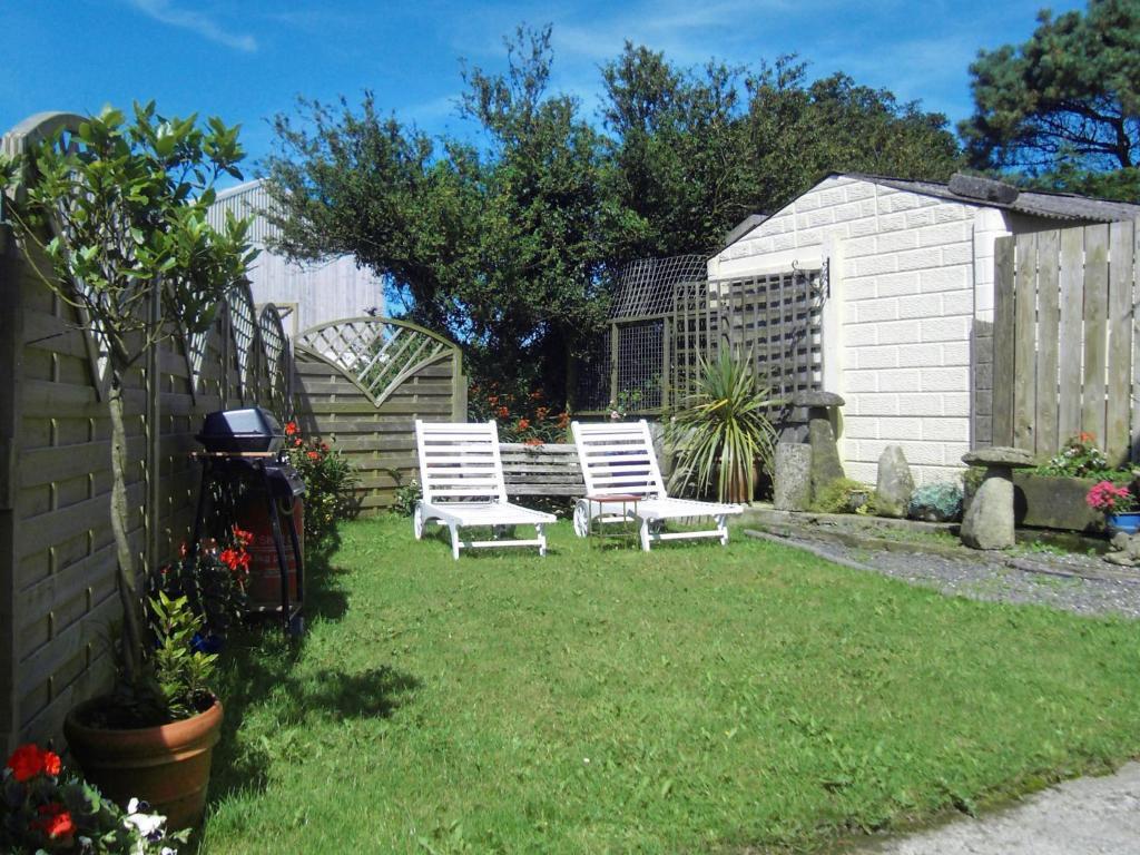 A garden outside Luxurious Holiday home in Wadebridge with garden