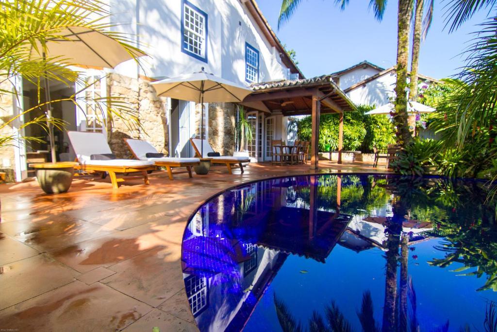 A piscina localizada em Casa Colonial Paraty CASA SIMONE POUSADA ou nos arredores