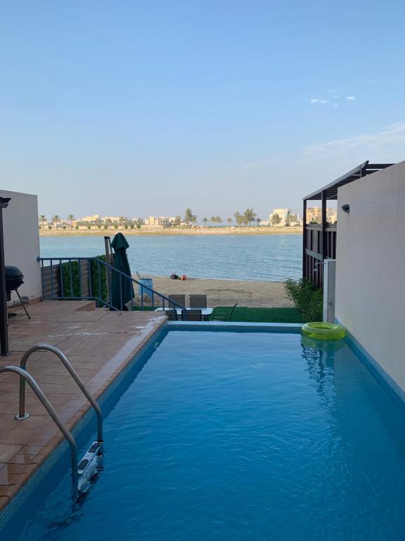 المسبح في Saray Chalet at Amwaj Resort شاليه ساراي في منتجع أمواج للعائلات فقط أو بالجوار