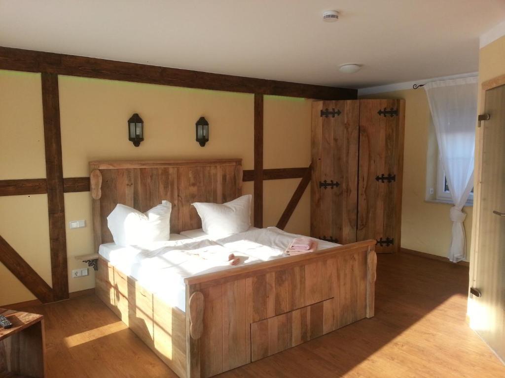Ein Bett oder Betten in einem Zimmer der Unterkunft Pension zum Holzpantoffelmacher & Schauhandwerkspension