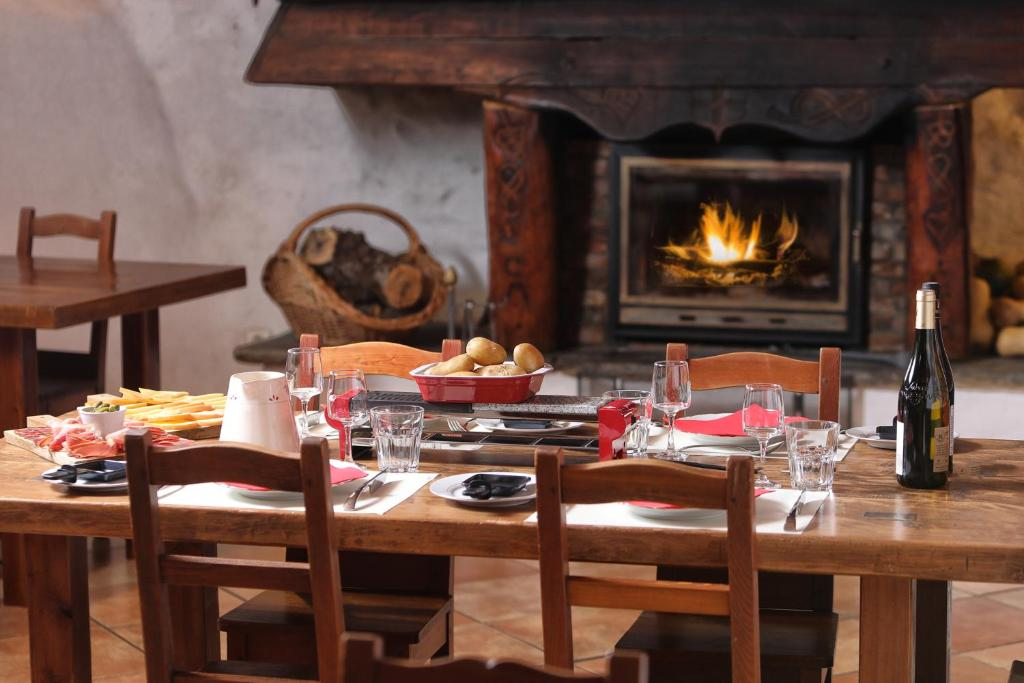 A restaurant or other place to eat at Au Coeur Des Alpes