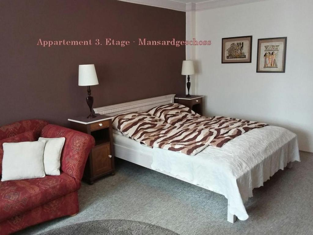 Ein Bett oder Betten in einem Zimmer der Unterkunft City-Ferienwohnungen-Dresden & Cottage im Garten - zentral in der Neustadt Louisenstrasse